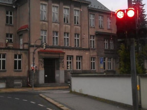 Červená na semaforech u kláštera svítila skoro půl hodiny