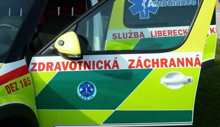 Do chodce nacouvalo auto v pěší zóně v Pražské ulici
