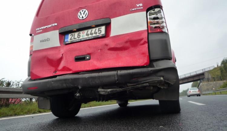 Pět otrhaných aut na jednom místě. Do hasičů nabourala Fabie