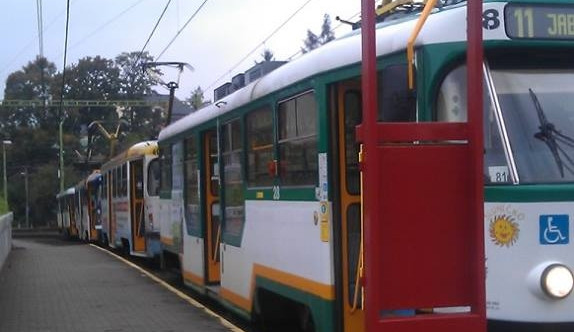 Řidič špatně zaparkoval a tramvaje do Jablonce hodinu stály