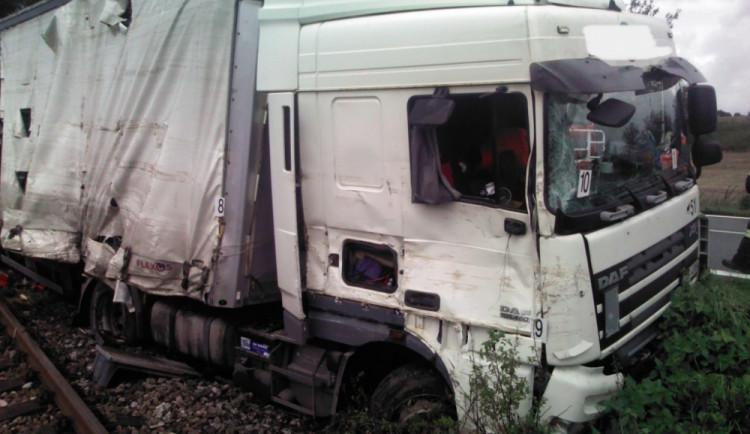 Tah na Turnov uzavřela nehoda kamionu, skončil na kolejích
