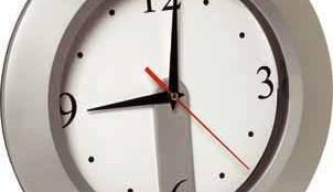 Nezapomeňte přeřídit hodiny, o víkendu se opět mění čas