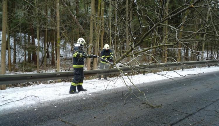 Vichřice zlomila vánoční strom v Jablonci, sníh trápil řidiče