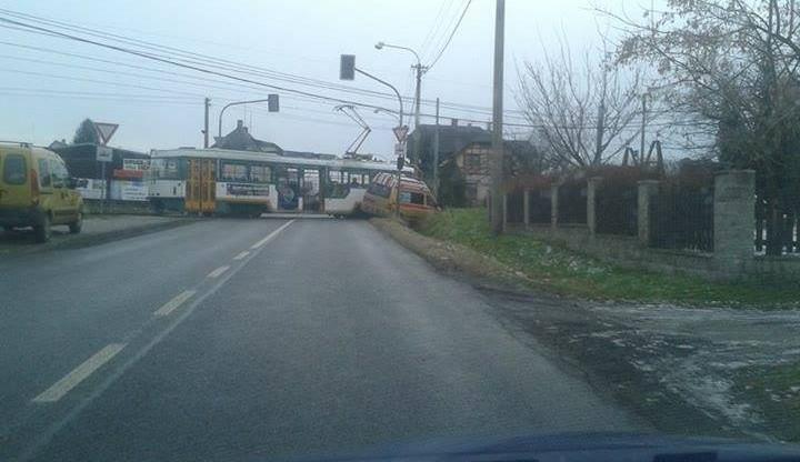 Tramvajovou dopravu zastavila sanitka v kolejišti