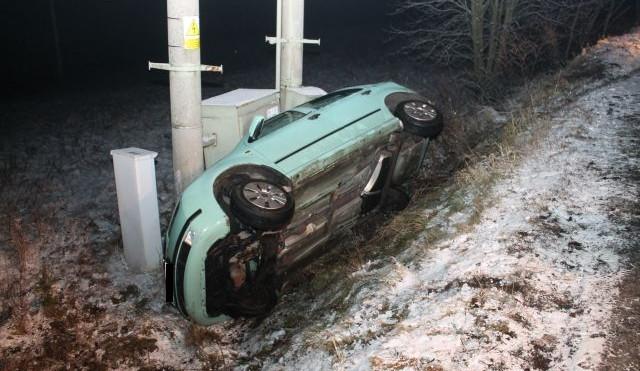 Řidič pospíchal na namrzlé silnici. Fabii opřel o sloup