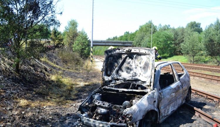 Auto sjelo do kolejiště, začalo hořet a zapálilo louku