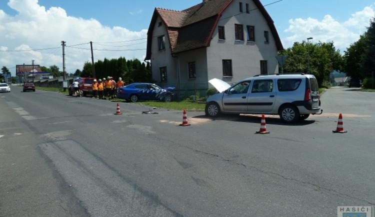 Nehoda u Albertu v Hrádku, auto skončilo po střetu v plotě