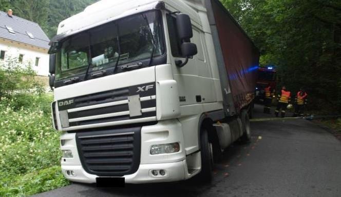 Kamioňák slepě důvěřoval navigaci. Ucpal tah na Liberec