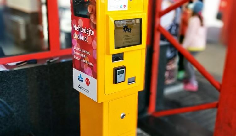 Nový automat na jízdenky v Liberci umožňuje bezkontaktní platby