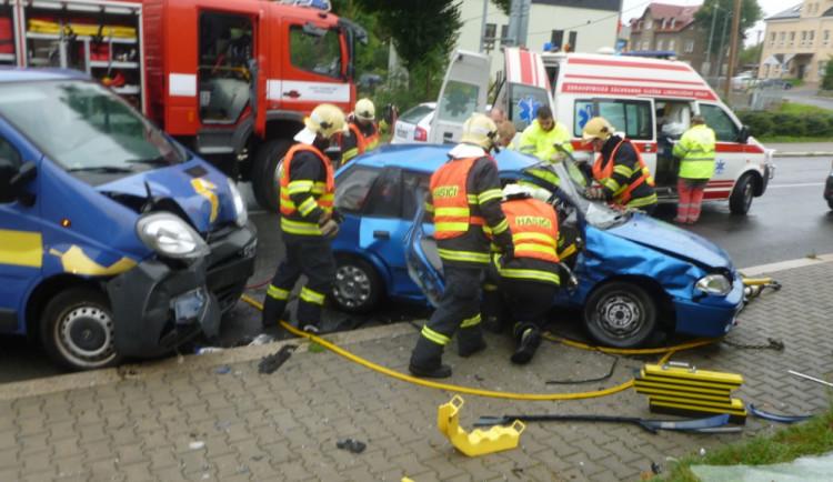 Další nehoda u Merkuru. V autě zůstala zaklíněna těhotná žena