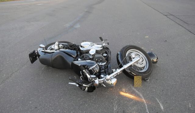 Dvě vážné nehody motocyklistů, pro jednoho letěl vrtulník
