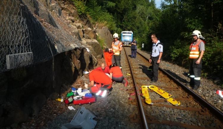 Srážka rychlíku s chodcem zastavila provoz na trati pod Bezdězem