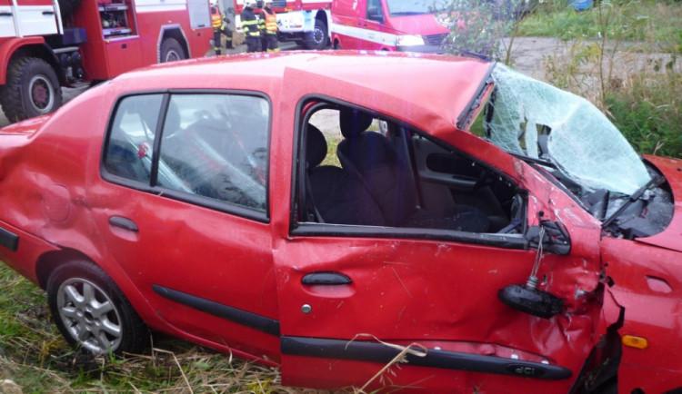 V Doubské ulici se střetl vlak s autem. Tři zranění