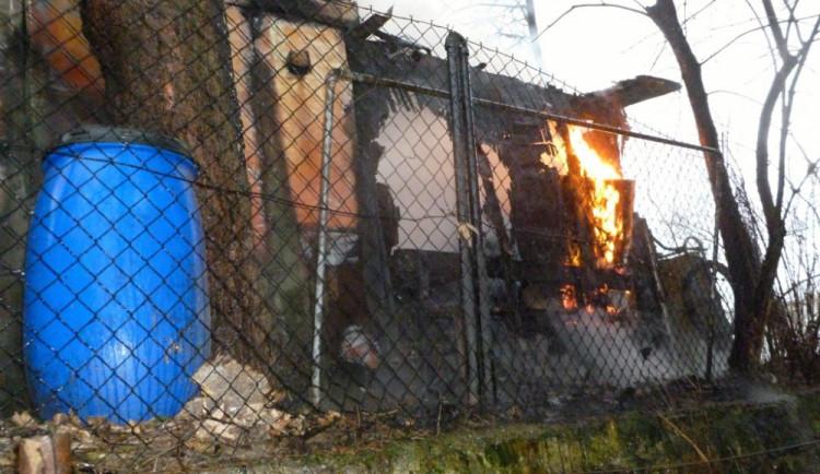Kůlnu ve Vratislavicích zapálil vysypaný popel