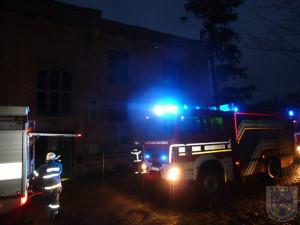 V Chotyni hořela opuštěná budova, zapálili ji vypalovači kabelů