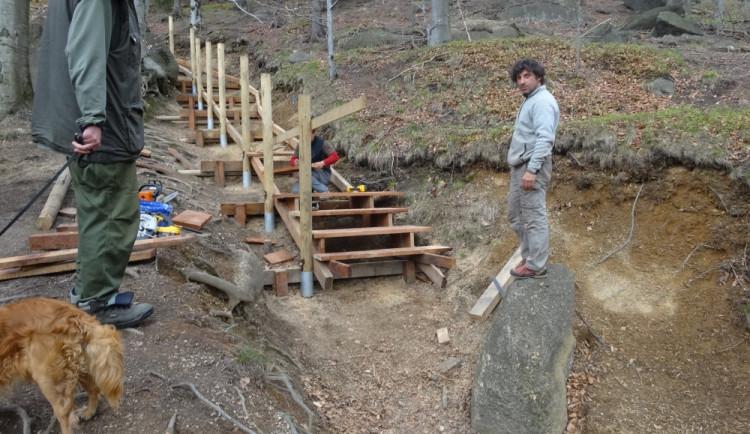 Dobrá zpráva pro turisty. Opravy stezek v Jizerkách pokračují