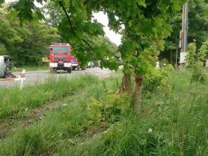 Těžká nehoda u Rychnova. Řidiče z fabie vystříhávali hasiči