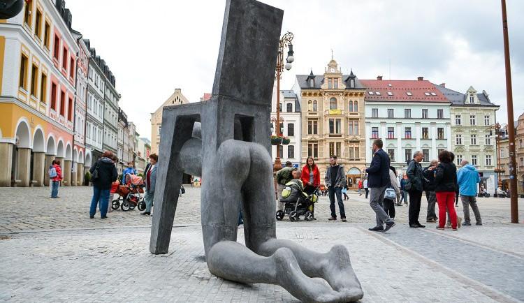 Před radnicí je nová socha - postava spojená s židlí