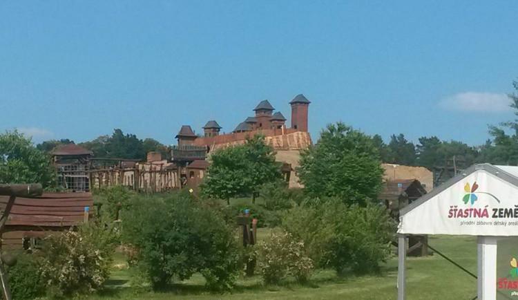 V Českém ráji postavili velkou repliku hradu Trosky