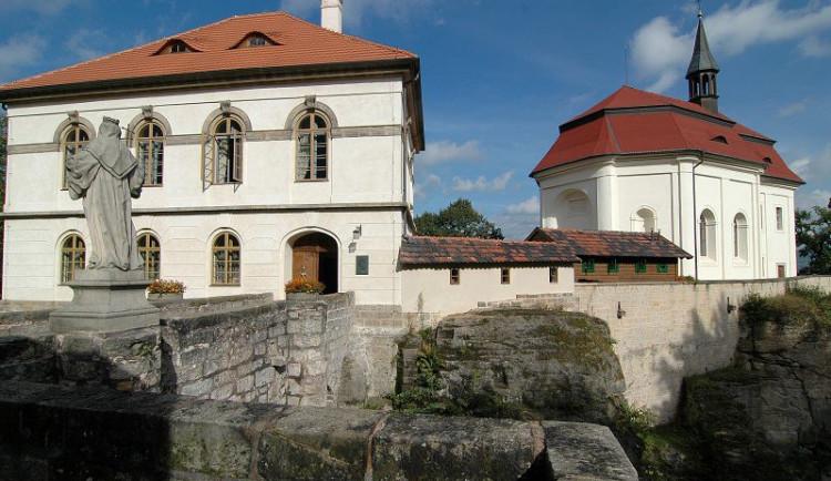V areálu hradu Valdštejn pokračují i letos záchranné práce