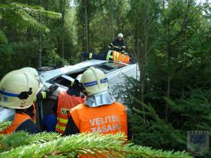 FOTO: Silnici na Liberec blokovala nehoda. Dvě auta skončila v lese