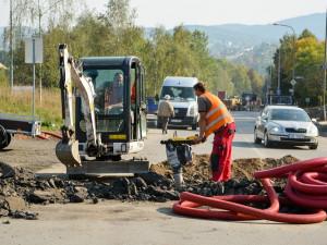 Stavba kruhového objezdu v Rochlici je v plném proudu