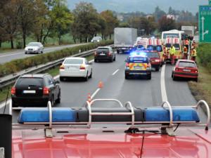 Silnice blokovaly desítky nehod, bouralo se v celém kraji