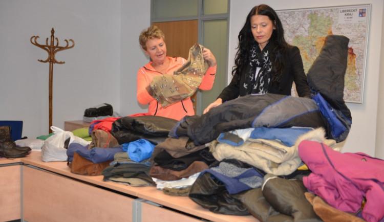 Oblečením pro bezdomovce zaplnili úředníci tři auta