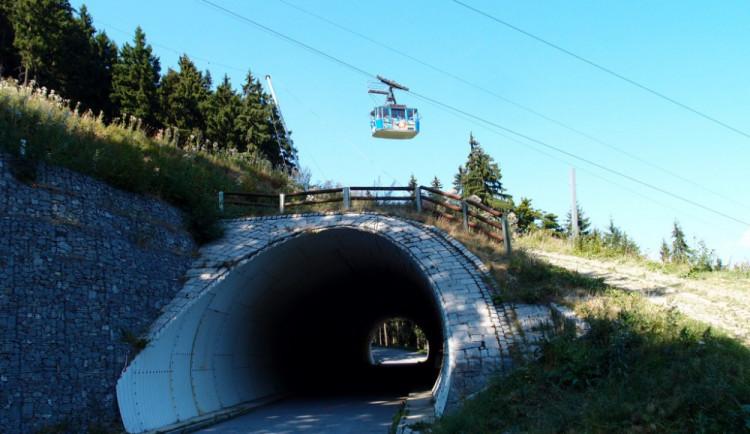 Dělníci ulehčili tunelu pod sjezdovkou F10 o 300 kubíků zeminy