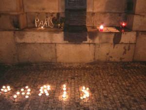 Města vyjadřují solidaritu s Francií. Před radnici nosí lidé svíčky, vedení města se přidá zítra