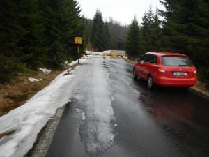 Silničáři očekávají sněžení. Silnice kolem přehrady Souš se proto uzavřela