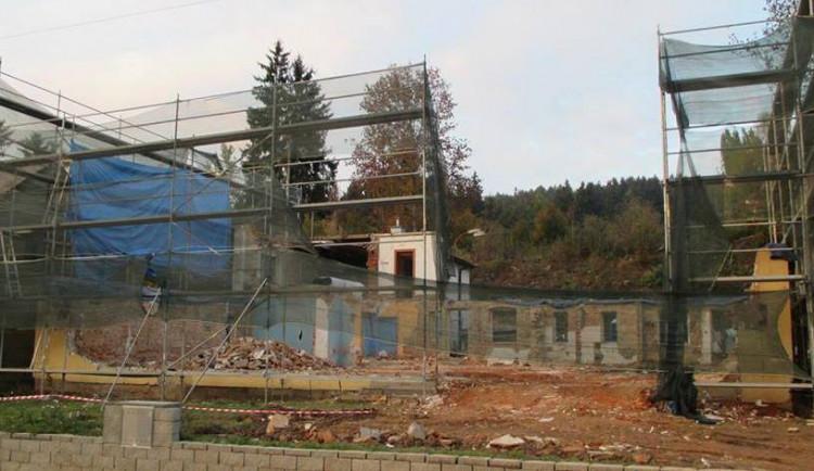 Obnova Porscheho domu ve Vratislavicích postupuje podle plánu