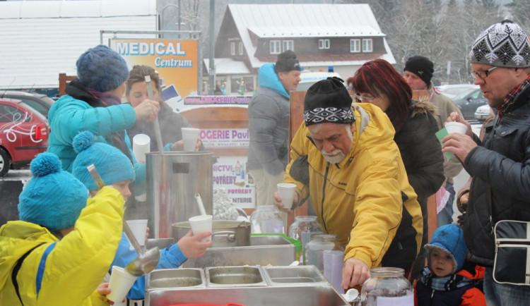 V Harrachově se soutěžilo o nejlepší novoroční česnečku