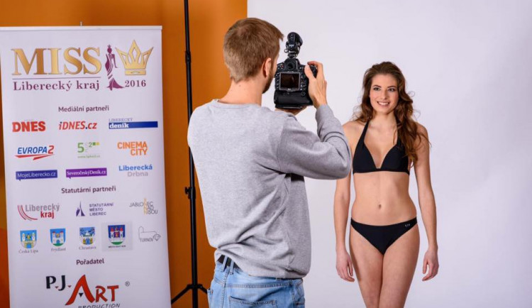 Během oficiálního focení si finalistky Miss vylosovaly svá čísla