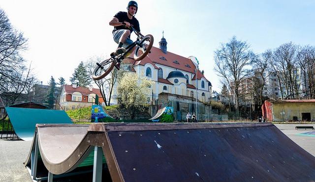 Skatepark po zimě otevřel. S novými překážkami i U rampou vylepšenou od Rotra