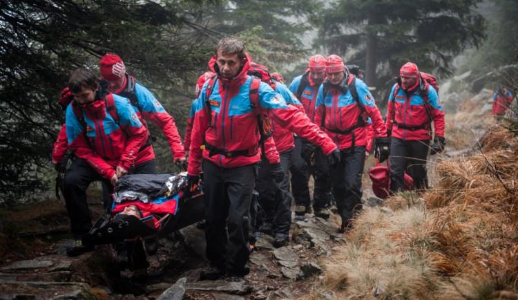 Silně podchlazenou dívku hledali v horách záchranáři. Když dorazili na místo, skoro nedýchala