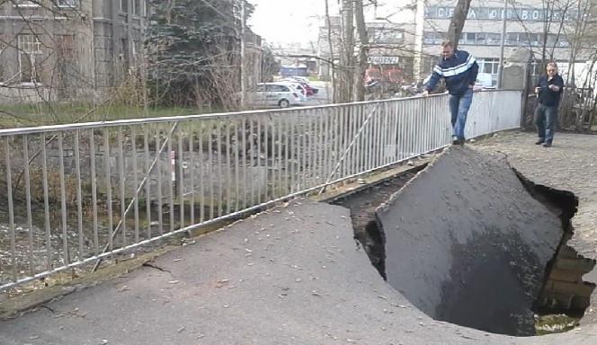 VIDEO: Ve Vratislavicích nad Nisou se propadl most do řeky Nisy