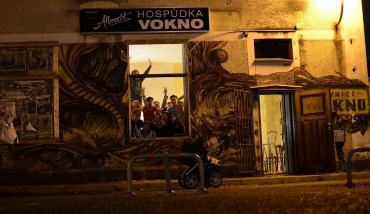 """Oblíbená pivnice Vokno se za dva týdny otevře. Pod """"svá křída"""" si ji vzali architekti ze studia Mjölk"""