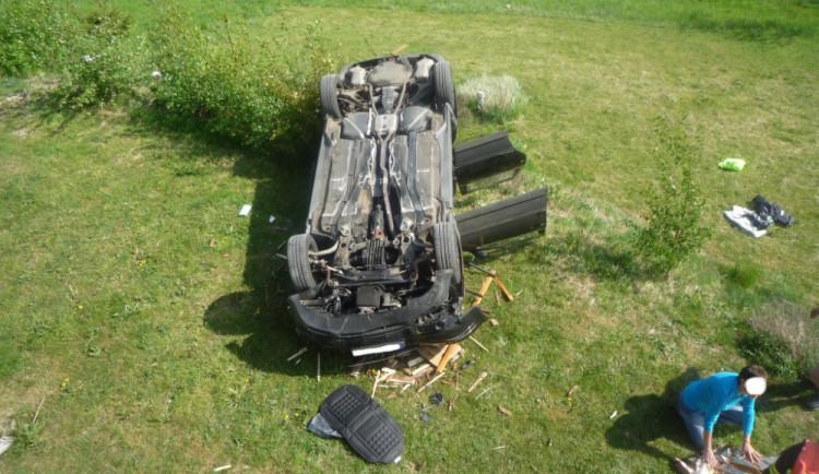 Řidička prorazila přístřešek a zřítila se z několikametrové výšky. Do nemocnice ji transportoval vrtulník