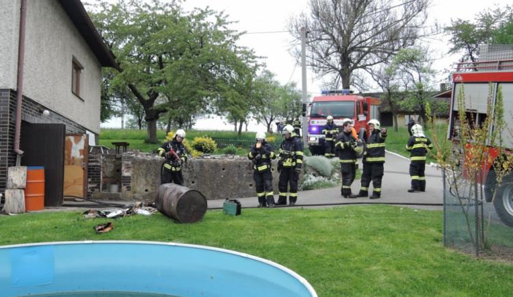 V Semilech hořela kotelna rodinného domu, auto své sousedce zachraňovala starostka