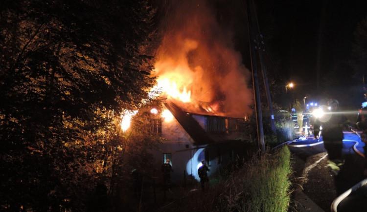 Noční požár rodinného domu v Poniklé zaměstnal osm jednotek hasičů