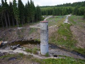 Cestu k Protržené přehradě na Desné lemují dřevěné sochy