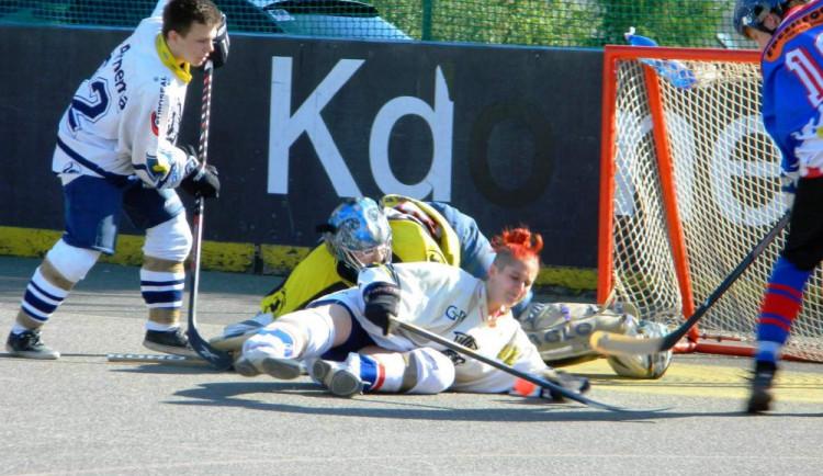 Hokejbal pomáhá. Přátelské utkání jako benefice pro dívku z Jedličkova ústavu. A plyšáky s sebou