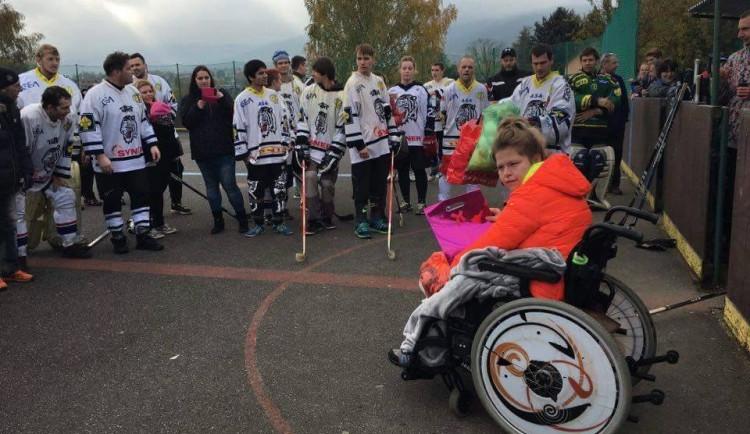 Hokejbalový zápas se hrál pro Dandu a všechny děti z Jedličkova ústavu