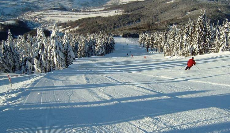 Podmínky pro lyžování jsou ideální. Do skiareálů vyrazily denně tisíce lidí