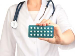 Ženy hledají alternativy za hormonální antikoncepci. Lékaři ji stále hodnotí kladně