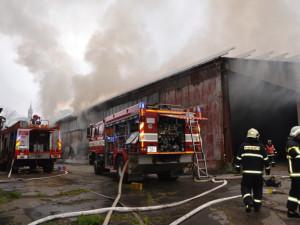 FOTO: Hasiči celou noc zasahovali u požáru haly v Jindřichovicích, škoda je okolo 10 milionů korun