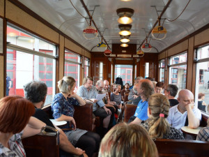 FOTO: Herci četli z knih v historické tramvaji, čekárně autobusu i v nádražní budově