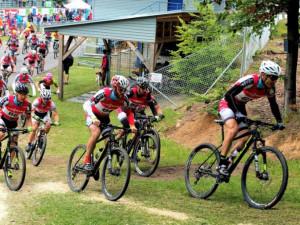 Koukalová a Moravec jsou opět mistry v biatlonu na kolech, v Jablonci nenašli konkurenci