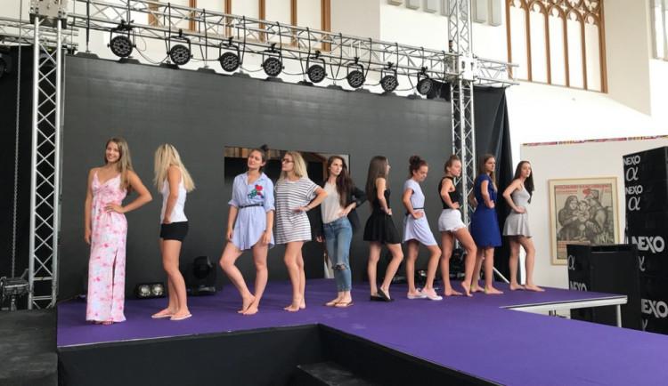 ŽIVĚ: Finále soutěže Maturantka Roku 2017. Buďte u toho s Drbnou!